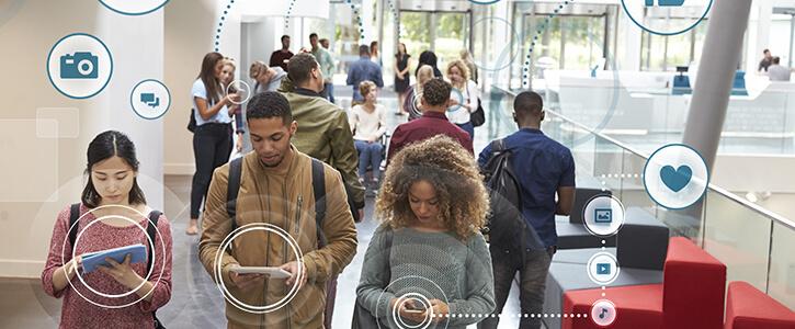 mensen met verschillende handheld devices