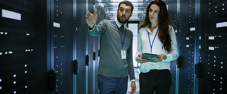 man en vrouw in data center